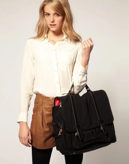 5b6c15bfab32 Большая черная сумка будет эффектно смотреться с бежевой или белой рубашкой  и кожаной юбкой карамельного цвета. С подобным ансамблем будут хорошо  сочетаться ...