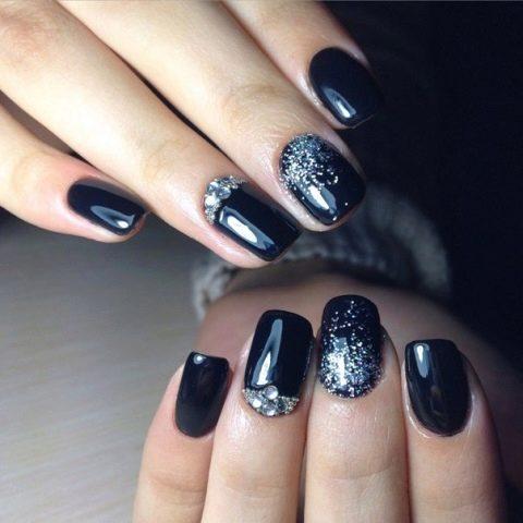 Маникюр белые ногти черные стразы