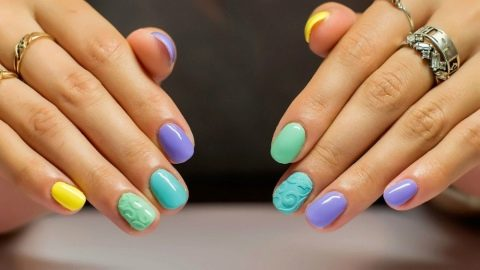 Яркий маникюр с рисунками на коротких ногтях