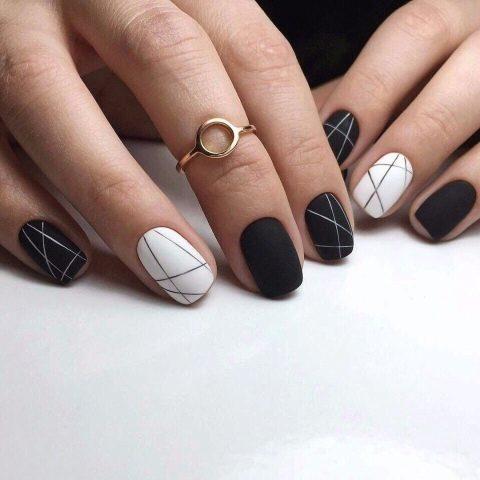 Черный маникюр с узорами на коротких ногтях
