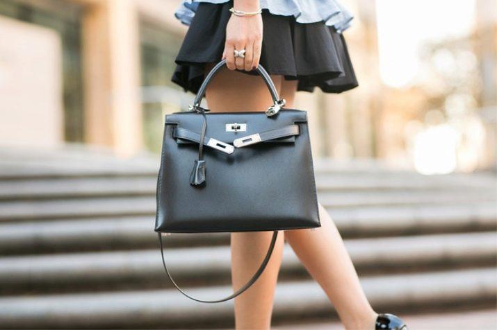 48b26f7221ea Оригинальные сумки бренда всегда имеют фирменную эмблему с названием  производителя. Эта ненавязчивая деталь дорого и гармонично смотрится на  фоне кожаных ...