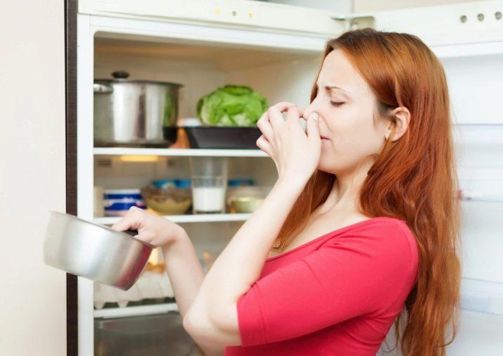 Как устранить запах из холодильника в домашних условиях
